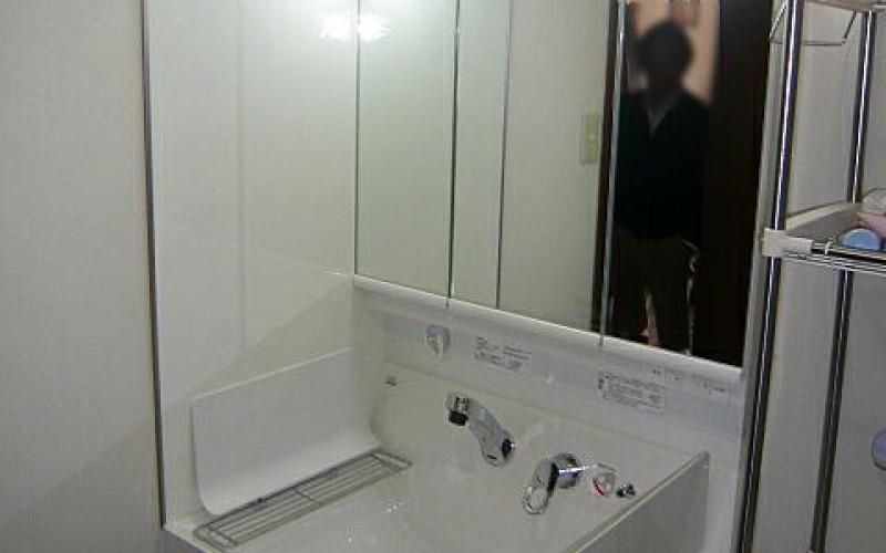 きれい好きなクライアントの為に洗面横にキッチンパネルを施工しました。