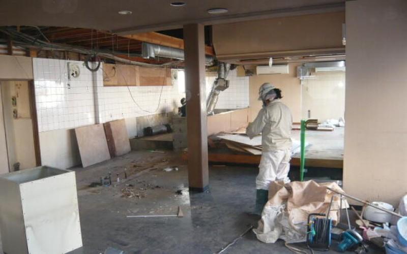 浜松市中区幸町の先輩のお店の店舗新装工事がスタートしました。まず解体工事からです。