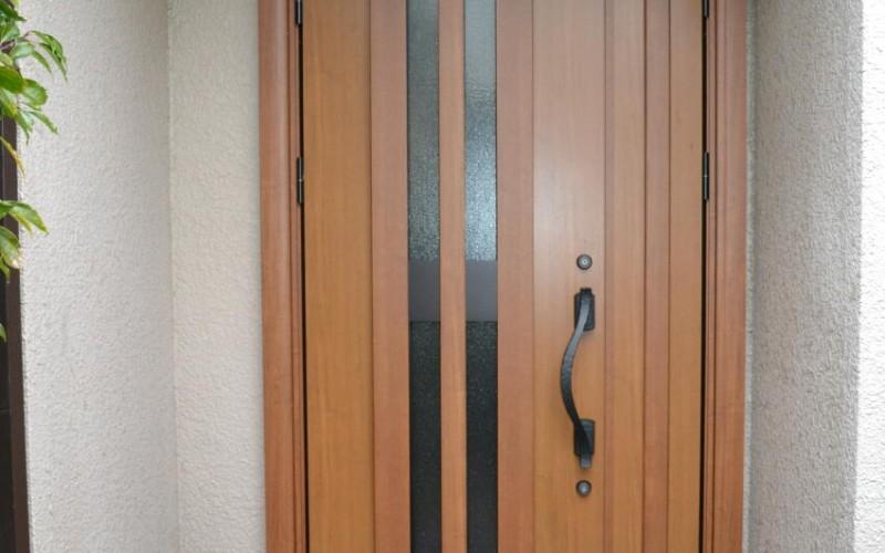 今回は玄関ドアの取替え工事の施工事例です。YKKのヴェナートで取替えです。