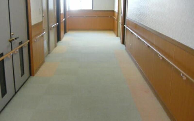 商業施設 温水プールのホールなどのタイルカーペット張替え工事の施工例です。
