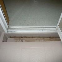 浴室の折れ戸の取替えの施工事例。浴槽側に排水溝がありますね。どうしましょう。のサムネイル