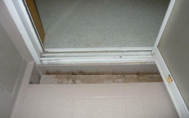 浴室の折れ戸の取替えの施工事例。浴槽側に排水溝がありますね。どうしましょう。