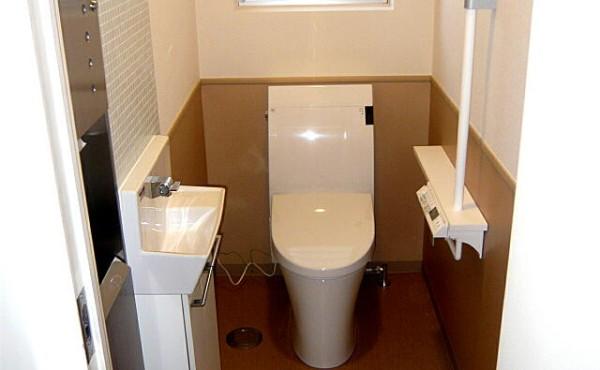 トイレリフォームの施工事例です。節水トイレとメンテナンスを考えて!のサムネイル