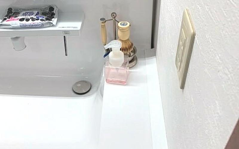 インテリアコーディネーターおすすめ!洗面台と壁のすきまを埋めてくれる部材です。