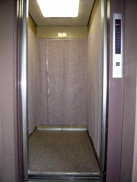 浜松市のマンションリフォーム工事がスタート、当店のこだわりの1つでもあります養生。エレベーター内もしっかり養生です。