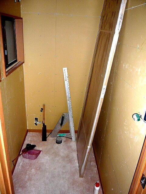 浜松リフォームのトイレのリフォーム、手洗いカウンター付の施工中の写真です。電気配線も無事終了
