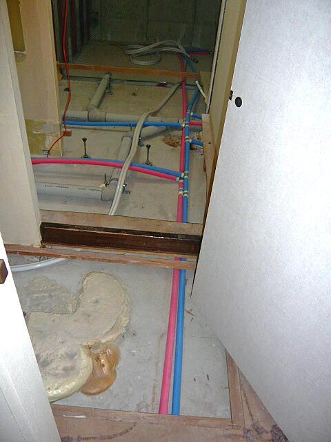 マンションの給水管、給湯管、排水をすべて撤去して新しい配管をやり替えしました。