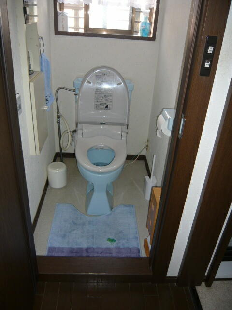 浜松市のトイレリフォーム施工前の写真です。節水、節電、環境、手洗い付カウンターが今回のコンセプトです。