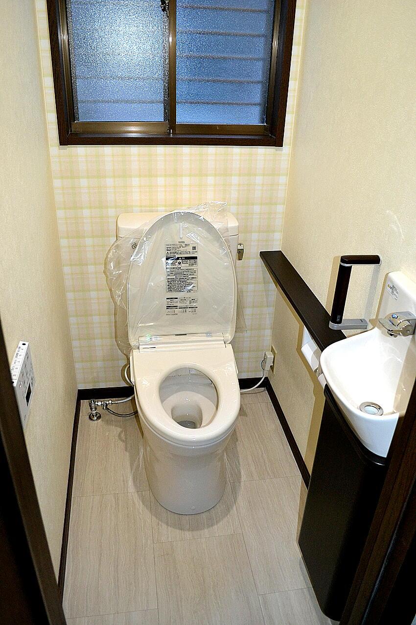 リフォーム浜松のトイレリフォーム手洗い付カウンター施工例です。