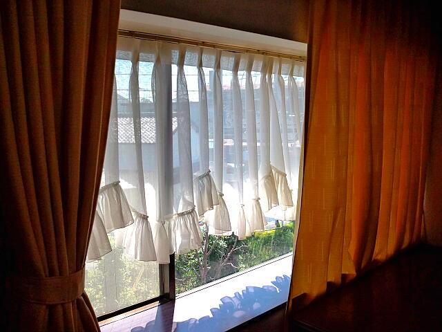 浜松市のカーテン取替えはインテリア研究事務所へ。写真はスカラップカーテン共布フリルM型です。