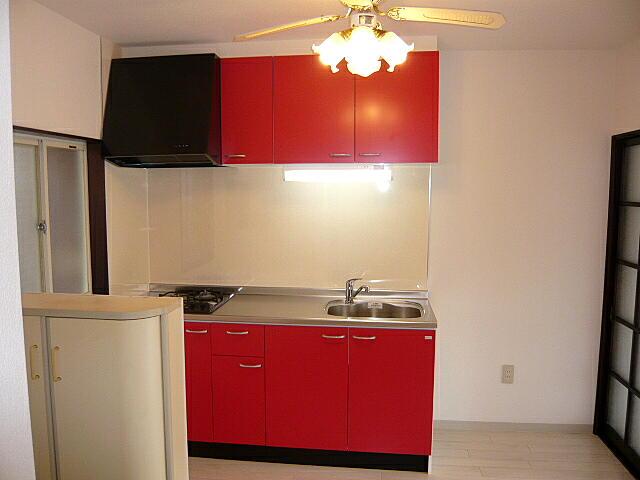 賃貸アパート 赤のキッチン