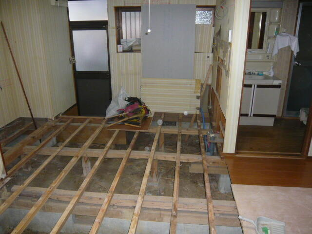 浜松リフォームの床の解体、床の張替工事の施工写真例です。