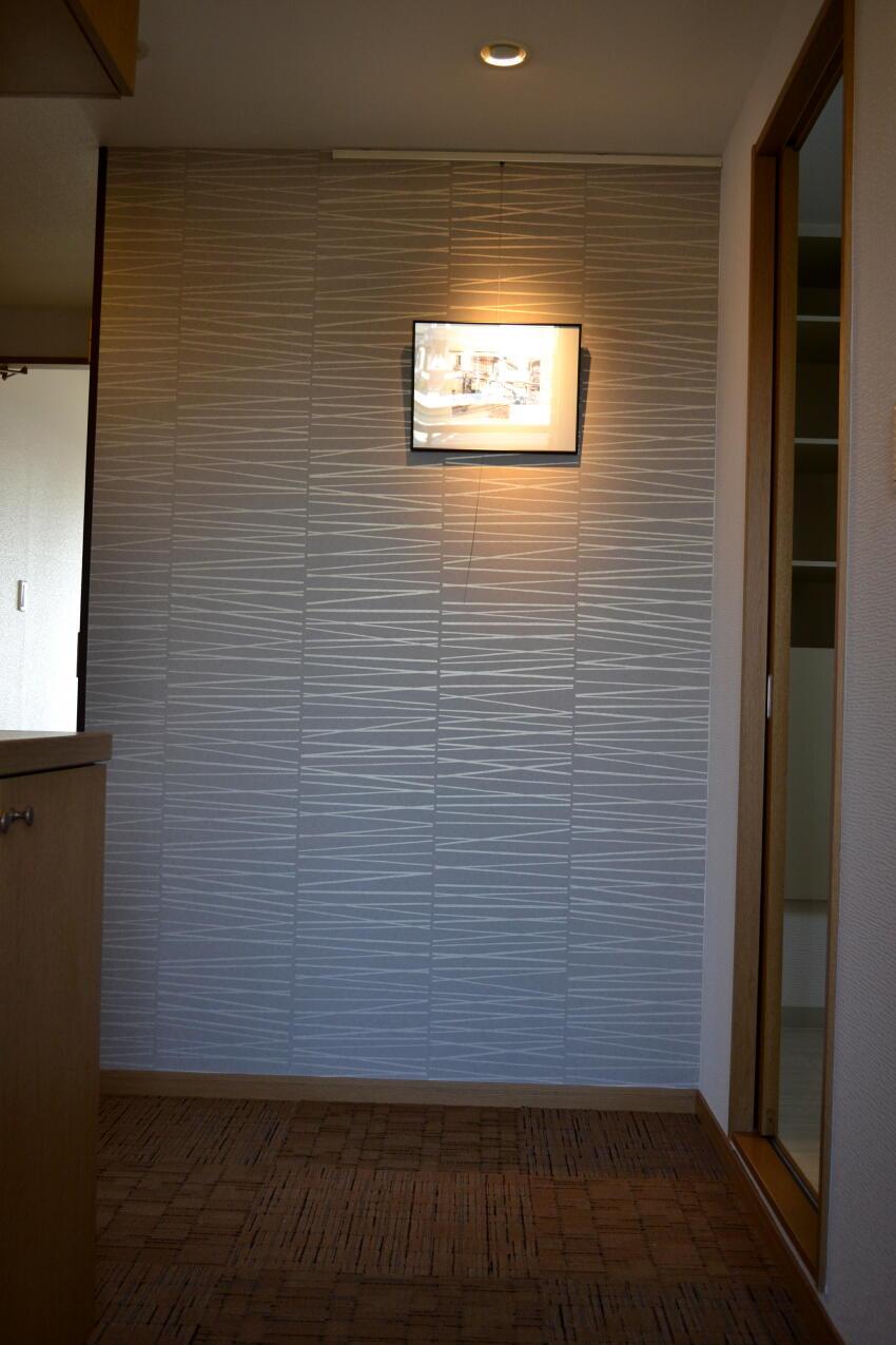 浜松 マンション玄関 リフォーム アクセントクロスと照明