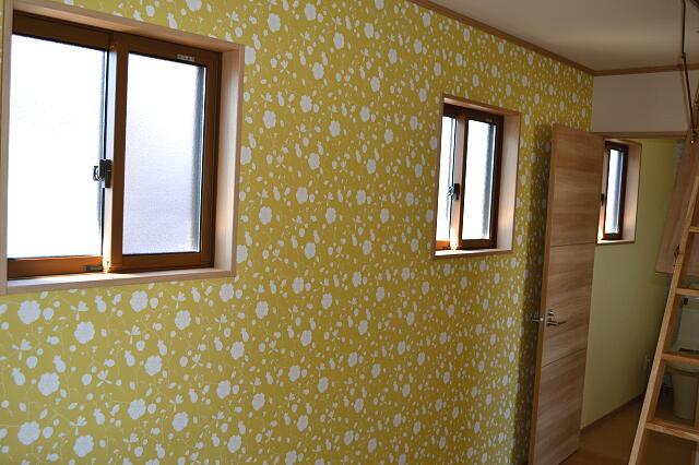 インテリア研究事務所の施工事例。風水、西に黄色の壁紙、少し派手ですか?