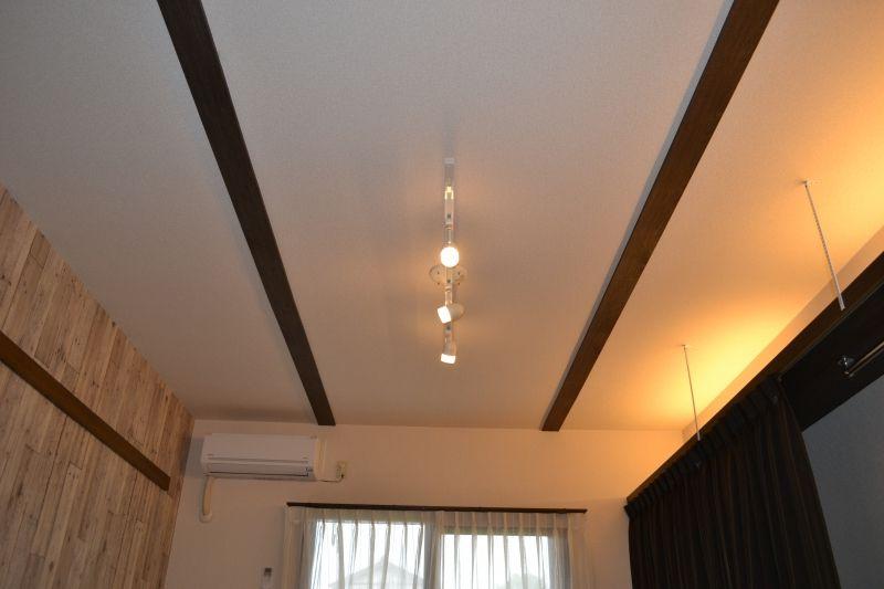 天井には木目調の梁