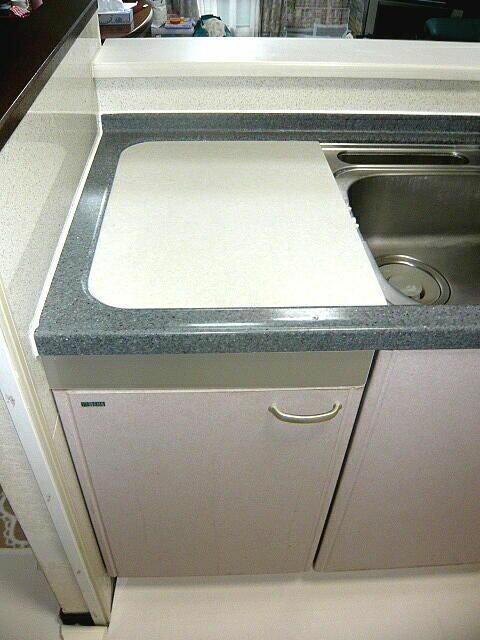古い食洗機を撤去して天板を人造大理石